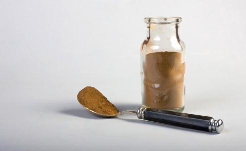 Gambar 7b: Tepung biji kola. Gambar diakses dari https://shop.tranceplants.net/products/kola-nut-powder