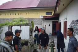 Albert Rahman Putra, Ketua Gubuak Kopi, sedang bercengkerama dengan para pengujung Pameran Bakureh Project (Doc. Pameran Bakureh Project).
