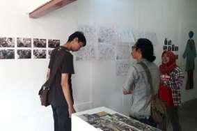 Adi Osman, salah satu kritikus film di Padang, datang berkunjung ke Pameran Bakureh Project (Doc. Pameran Bakureh Project).