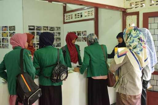 Ade Surya Tawalapi, dari Sayurankita, menjelaskan salah satu karya kolaborasi hasil lokakarya Bakureh Project kepada para pengunjung pameran. (Doc. Pameran Bakureh Project)