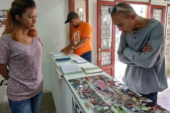 Delva Rahman, dari Gubuak Kopi, sekaligus yang menjadi Pimpinan Proyek Bakureh Project, sedang menjelaskan salah satu karya kolaborasi hasil lokakarya Bakureh Project kepada para pengunjung pameran. (Doc. Pameran Bakureh Project)