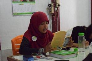 """Ade, ketika mengikuti kegiatan membaca buku """"Sore Kelabu di Selatan Singkarak"""" karya Albert Rahman Putra, pada lokakarya Bakureh Project. (Foto: Gubuak Kopi)."""