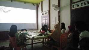 Suasana kegiatan menonton film Akira Kurosawa di acara lokakarya Bakureh Project. (Foto: Gubuak Kopi).