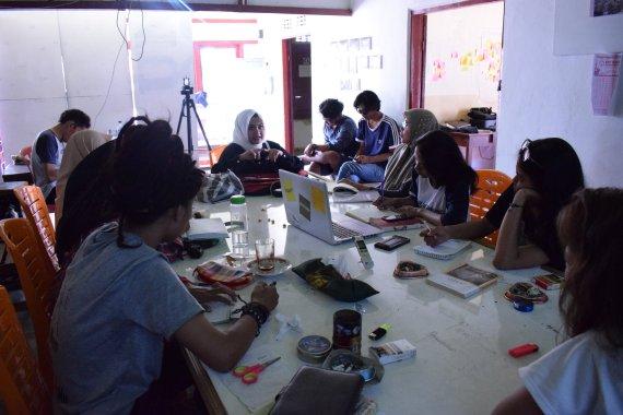 Kharisma, seorang komposer, berbagi pengalaman tentang proyek seni dengan topik gotong-royong. (Foto: Gubuak Kopi).