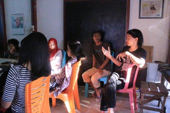 Risky, salah satu fasilitator dari Program Daur Subur Gubuak Kopi, memberikan pendapat dalam salah satu kegiatan diskusi di lokakarya Bakureh Project. (Foto: Gubuak Kopi).