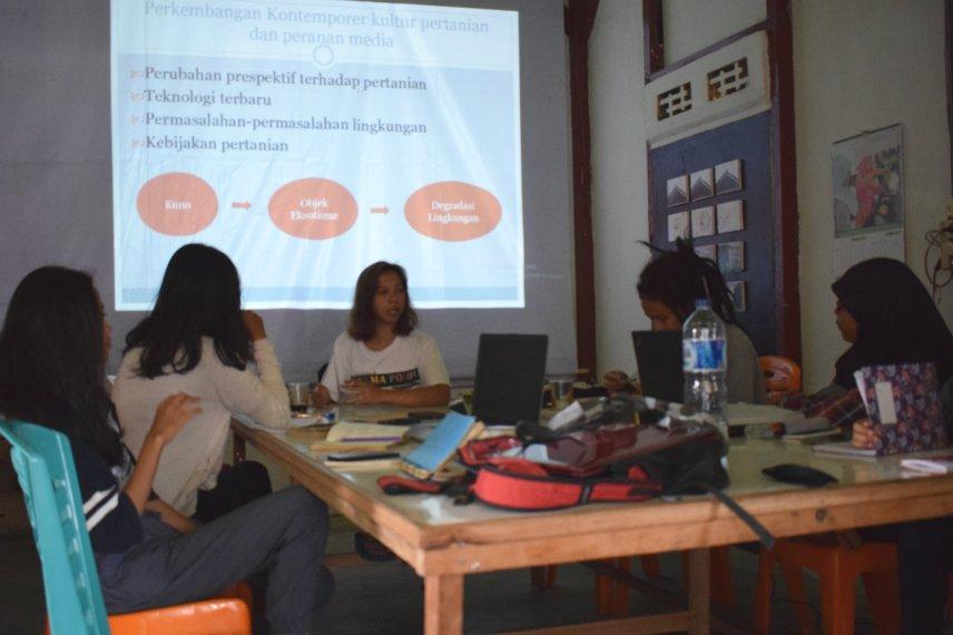 Delva Rahman, Koordinator Bakureh Project, memberikan pengarahan dan pendalaman tentang materi-materi selama lokakarya. (Foto: Gubuak Kopi).