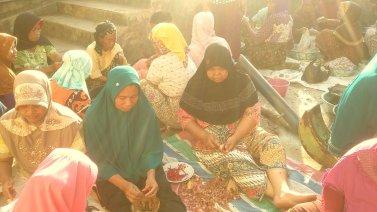Suasana ibu-ibu masak bersama di Nagari Kinari. (Foto: Ade Suryatawalapi - Arsip Gubuak Kopi, 2018)