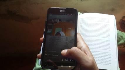 Aku dan Kakak sedang membaca virtual (Foto: Ade/Sayurankita)